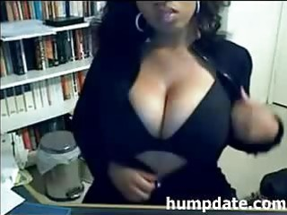 voluptuous black mother i presents her large boobs