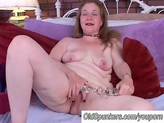 older amateur copulates her moist pussy