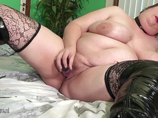 large mature mother squirting and engulfing cock